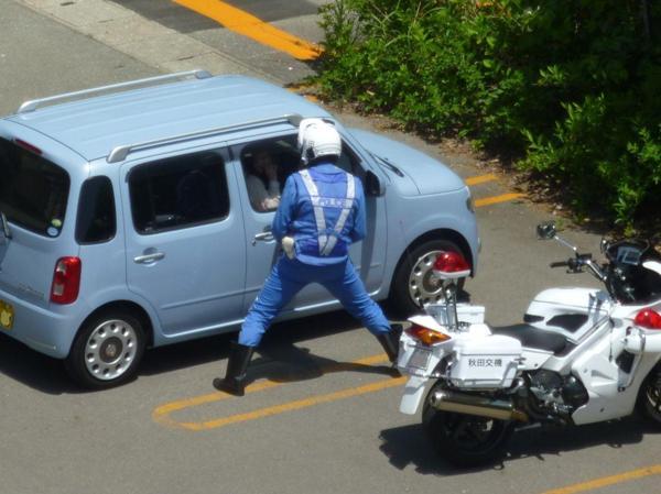 立ちションしてる所に駐車されたので、公務執行妨害で逮捕する