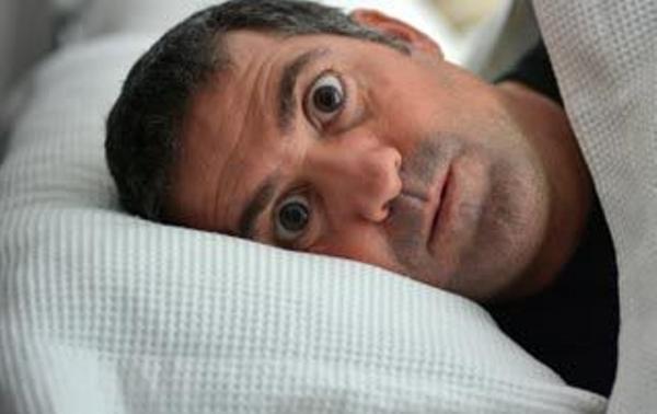 目 を 開け た まま 寝る 方法