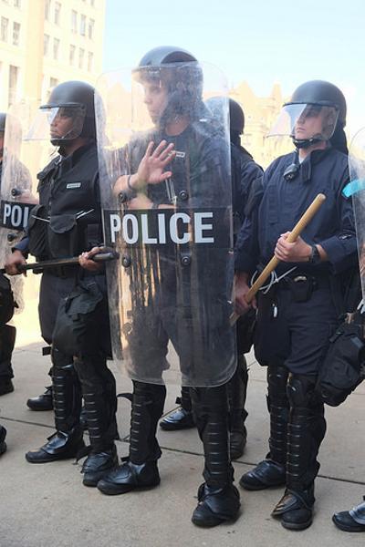 暴徒を止めるって聞いたけど吉田沙保里とは聞いていない , 警察