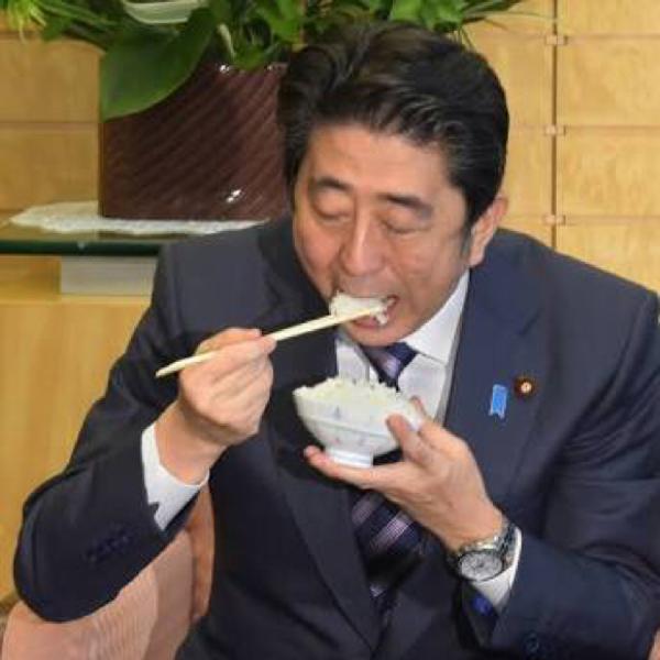 「安倍晋三です…好きな食べ物は、は…白米です!